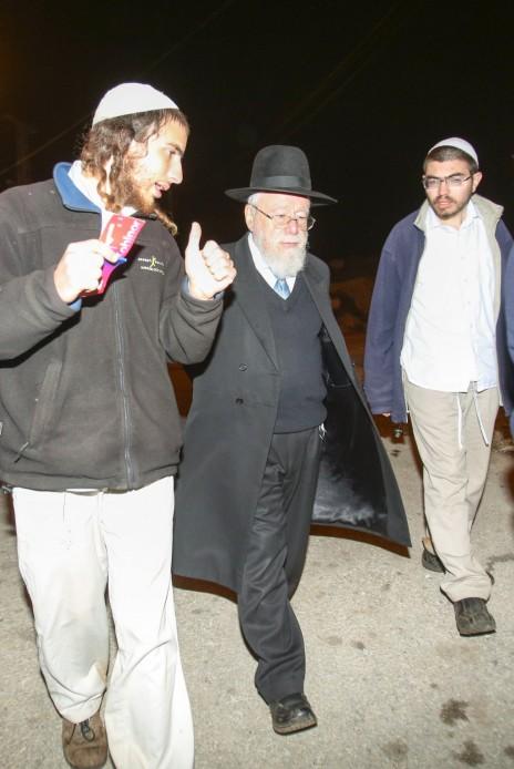 הרב דב ליאור עוזב את מאחז עוז-ציון, אתמול (צילום: פלאש 90)