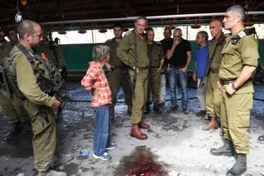 """הרמטכ""""ל רב-אלוף בני גנץ בוחן את מקום פציעתם של פועלים זרים מירי פלסטינים (צילום: שי וגנר, דובר צה""""ל)"""