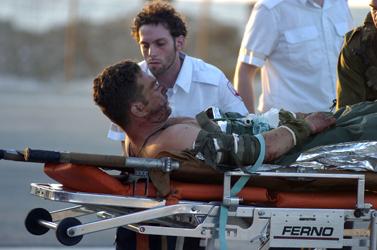 """חייל צה""""ל מפונה לבית החולים רמב""""ם לאחר שנפצע בהיתקלות עם החיזבאללה, 9 לאוגוסט 2006 (צילום: פלאש 90)"""