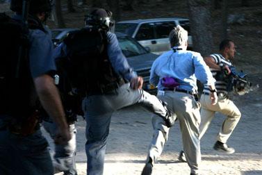 שוטר בועט בבן וודמן, כתב בכיר של CNN, בהפגנה ליד ציפורי (צילום: אל-ארז)