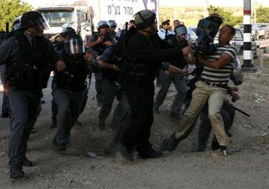 שוטרים מסתערים על צלם בהפגנה ליד ציפורי (צילום: אל-ארז)