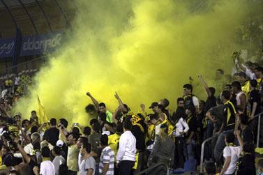 """אוהדי בית""""ר פורצים אל המגרש במשחק מול מכבי הרצליה (צילום: ליאור מזרחי, 13 באפריל 2008)"""