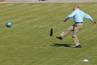 ראש הממשלה אהוד אולמרט בועט בכדור, קריית-שמונה, 23.9.08 (צילום: פלאש 90)
