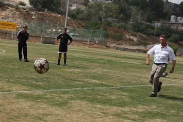 האוליגרך ארקדי גאידמק בועט בכדור, ירושלים, 26.9.08 (צילום: אנה קפלן)
