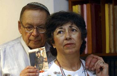 הוריו של החייל הנעדר זכריה באומל מציגים את תמונת בנם (צילום: פלאש 90)