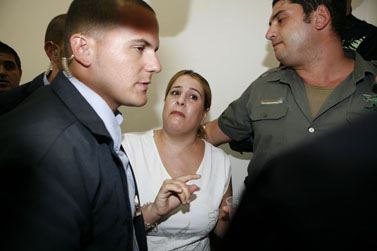 """מלמעלה: בועז יונה ועפרה שורקי, שאיבדה את ביתה בהתמוטטות חברת """"חפציבה"""", אתמול בבית המשפט (צילום: מיכל פתאל)"""