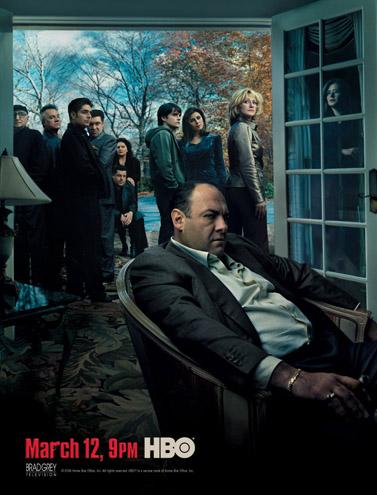 """כרזת העונה השישית והאחרונה של סדרת הטלוויזיה """"הסופרנוס"""". יושב מלפנים: ג'יימס גנדולפיני, המגלם את דמותו של טוני סופרנו"""