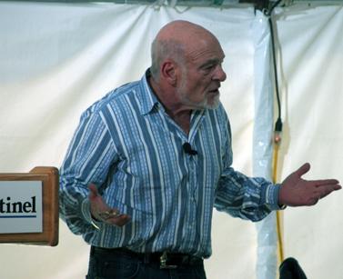 """סם זל מבקר במשרדי ה""""אורלנדו סנטינל"""" כדי לבשר על השינויים הצפויים לאחר שרכש את העיתון, ב-31 בינואר 2008 (צילום: William couch, Flickr, רשיון CC)"""