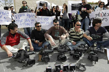 הפגנת עובדי ערוץ 10 מול בניין הרשות השנייה, אתמול בירושלים (צילום: קובי גדעון)