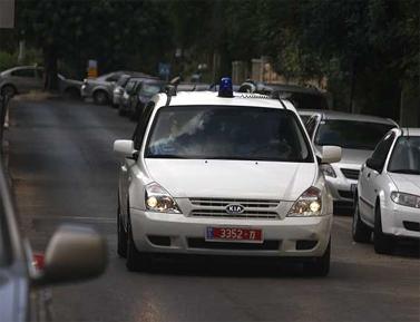 חוקרי משטרה מגיעים לחקור את ראש הממשלה בביתו בירושלים, אוקטובר 2008 (צילום: פלאש 90)
