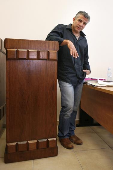 יאיר לפיד בבית-המשפט המחוזי בירושלים, לפני מתן עדות במשפט הדיבה שמתנהל נגדו. 9 בסמפטמבר 2008 (צילום: מיכל פתאל)