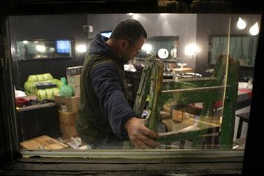 """פועלים מכינים את התפאורה באולפן שממנו משודרת התוכנית """"האח הגדול"""" (צילומים: קובי גדעון)"""