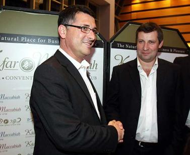 מנהלי המשא-ומתן מטעם ישראל-ביתנו והליכוד בעת החתימה על ההסכם הקואליציוני (צילום: רוני שיצר)