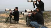 צלמי עיתונות מתבוננים בעזה מתוך ישראל. 19 בינואר 2009 (צילום: קובי גדעון)