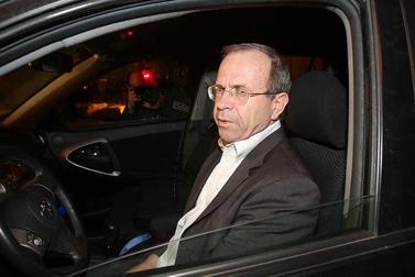 שליח ראש הממשלה עופר דקל, בדרכו לעדכן את ראש הממשלה עם שובו מקהיר. 16 במרץ (צילום: רוני שוצר)