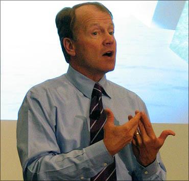 ג'ון צ'יימברס משוחח עם מתמחים (צילום: טרי אומבנהאואר, רשיון CC)