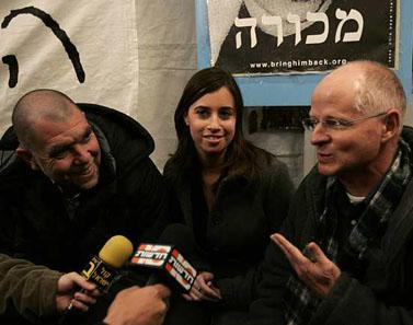 יובל וחן ארד (משמאל), בתו ואחיו של הנווט הנעדר רון ארד, מתראיינים בצוותא עם נועם שליט במאהל המחאה בירושלים. 9 במרץ (צילום: אורי לנץ)