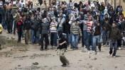 פלסטינים מיידים אבנים לעבר מצעד אנשי הימין, אתמול באום אל-פחם (צילום: מתניה טאוסיג; פלאש 90)