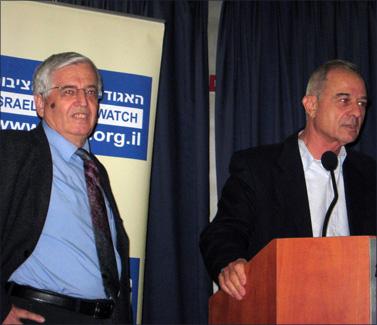 אוריאל לין (מימין) מעניק את הפרס לעיתונאי מוטי בסוק