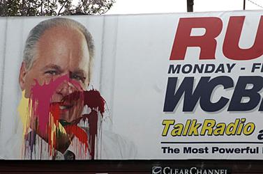 שלט פרסומת לתוכנית הרדיו של ראש לימבו, שהושחת. וושינגטון (צילום: p373, רשיון CC)