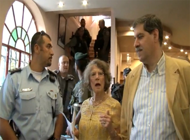 """שוטרי מג""""ב מפזרים את פסטיבל הספרים הפלסטיני (צילום מתוך סרט המתעד את הפיזור)"""
