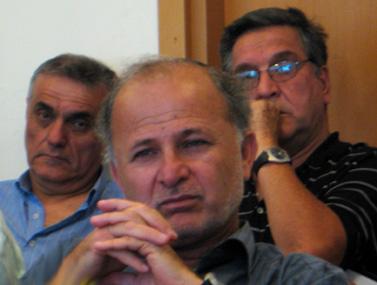 """מרדכי שקלאר (במרכז). מאחוריו עיתונאי הערוץ הראשון יעקב אחימאיר (מימין) ואורי לוי (צילום: """"העין השביעית"""")"""