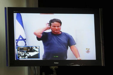 דודו טופז נראה על מסך אתמול בבית-המשפט בתל-אביב, בדיון על הארכת מעצרו שנערך בשידור וידיאו מבית-המעצר (צילום: יוסי זליג)