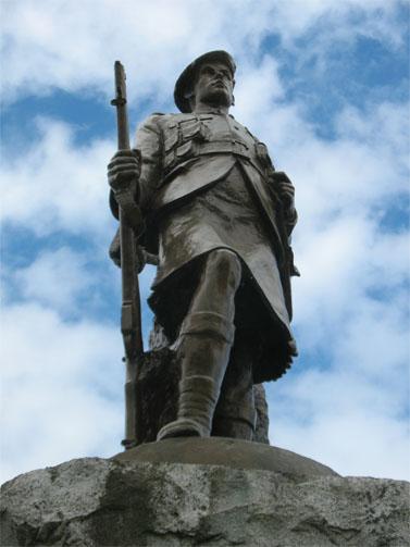 """אנדרטה לחללי מלחמות העולם בעיירה אינבררי בסקוטלנד (צילום: """"העין השביעית"""")"""