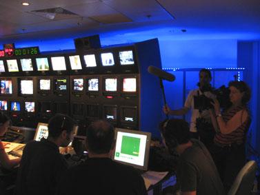 צוות חדשות ערוץ 1 מצלם את מערכת חדשות 10 לצורך הכנת כתבה
