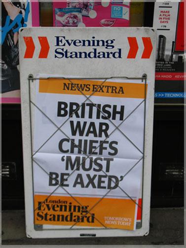 """דוכן של ה""""איבנינג סטנדרד"""" בלונדון, בשבוע שעבר (צילום: """"העין השביעית"""")"""