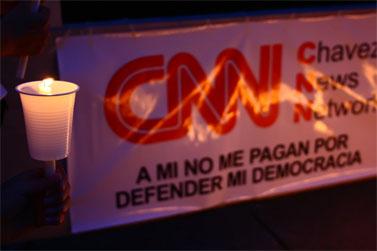 """כרזה בהפגנה נגד הנשיא סלאיה, המכוונת נגד התמיכה בו מצד התקשורת האמריקאית. בכרזה ראשי התיבות CNN מתורגמים כ""""רשת החדשות של צ'אבס"""" (צילום: Jlduron, רישיון cc-by-nc)"""