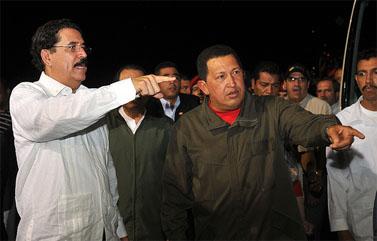 נשיא הונדורס לשעבר סלאיה (משמאל), יחד עם נשיא ונצואלה הוגו צ'אבס. סלאיה הגיע למנגואה שבניקרגואה לאחר שגורש מהונדורס (צילום: לשכת נשיא אקוודור, רישיון cc-by-nc)