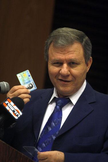 שר הפנים מאיר שטרית מודיע כי נחתם חוזה עם חברת HP לייצור תעודות זהות חכמות, 1 בדצמבר 2008 (צילום: ליאור מזרחי)
