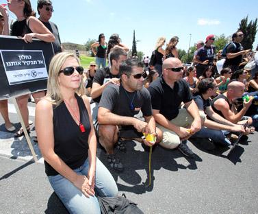 עובדי ערוץ 10 מפגינים בירושלים, משמאל למטה: מגישת החדשות מיקי חיימוביץ'. 14 ביולי 2009 (צילום: יוסי זמיר)
