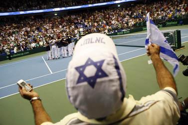 הקהל חוגג את נצחון הנבחרת, אתמול ביד-אליהו (צילום: אורי לנץ)