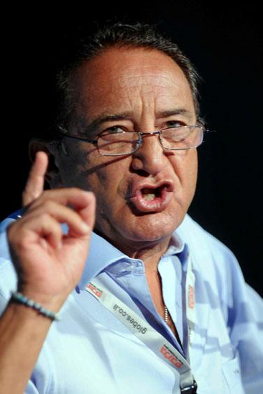 יוסי מימן, בעלי המניות העיקרי בערוץ 10, מודיע כי יפסיק להזרים כספים לערוץ. 14 ביולי 2009 (צילום: יוסי זליגר)