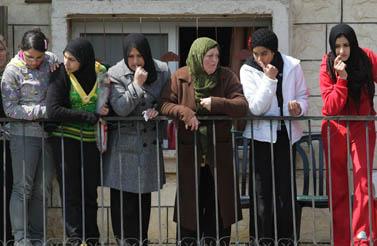 נשים צופות מן המרפסת במהומות שעוררה תהלוכת הימין באום אל-פחם, מרץ 2009 (צילום: קובי גדעון)