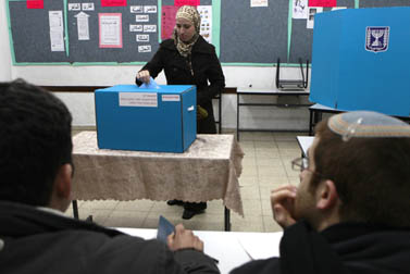 תושבת אבו-גוש מצביעה בקלפי הבחירות הכלליות, 10 בפברואר 2009 (צילום: נתי שוחט)