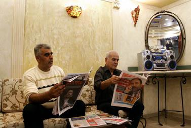 קוראים עיתון במספרה באום אל-פחם, נובמבר 2006 (צילום: דניאל בר-און)