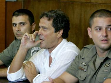 איש הטלוויזיה דודו טופז בבית-המשפט, אחרי שנעצר בחשד שהזמין תקיפות של אנשי טלוויזיה אחרים. יוני 2009 (צילום: פלאש 90)
