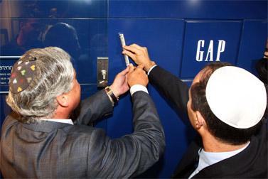 ראש עיריית ירושלים ניר ברקת (מימין) ואיש העסקים מוטי זיסר מתקינים מזוזה בפתח חנות הבגדים גאפ בירושלים, 24 באוגוסט (צילום: אביר סולטן)