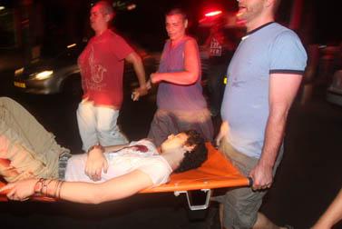פצוע מפונה מזירת הירי, אתמול בתל-אביב (צילום: רוני שוצר)