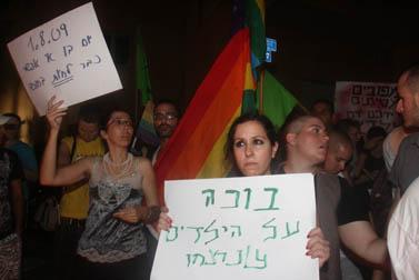 הפגנה ספונטנית ליד מקום הרציחות, אתמול בתל-אביב (צילום: רוני שוצר)