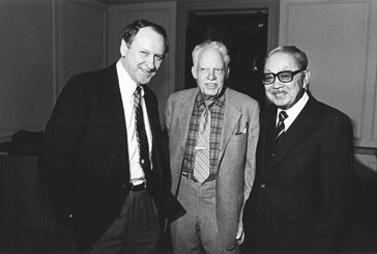"""ויליאם ספייר (משמאל) בטקס לרגל צאת הכרך הראשון של """"המילון לאנגלית אמריקאית אזורית"""", 1986 (צילום: ספריית הקונגרס)"""
