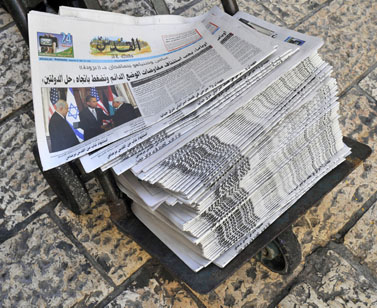 """גליונות העיתון """"אל-קודס"""", מזרח ירושלים, ספטמבר 2009 (צילום: סרג' אטאל)"""