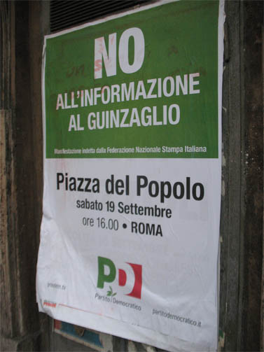 """כרזה הקוראת להפגנה למען חופש העיתונות, רומא (צילומים: רפי מן, """"העין השביעית"""")"""