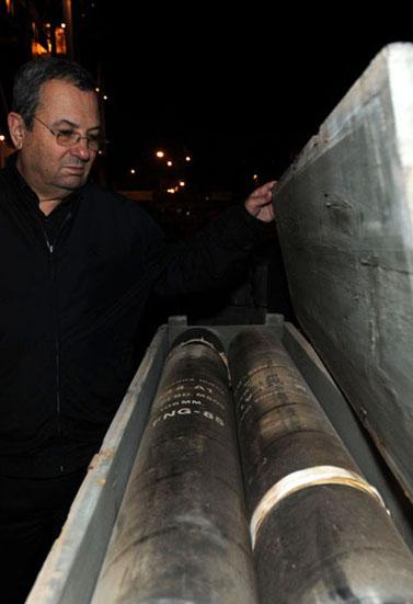 שר הביטחון אהוד ברק בוחן נשק איראני שנתפס על-ידי חיל הים, אתמול בנמל אשדוד (צילום: אסף רביץ, משרד הביטחון)