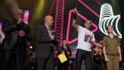 """הזמר אייל גולן (שני מימין) מניף פרס שקיבל בטקס """"מצעד העשור"""" של ערוץ 24. ירושלים, 15.10.09 (צילום: קובי גדעון)"""