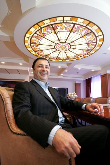 לב לבייב במשרדו, ספטמבר 2005 (צילום: משה שי)