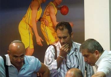 חוקרי רשות המסים פושטים על משרדי הנהלת מכבי תל-אביב, כדי לבדוק חשדות שהתעוררו אחר התאבדותו של מוני פנאן. אוקטובר 2009 (צילום: רוני שיצר)